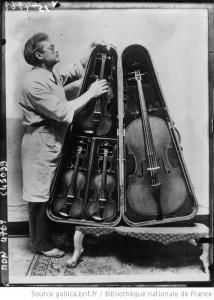Boîte contenant un quatuor à cordes : 2 violons, alto et basso [photographie de presse] / Acmé